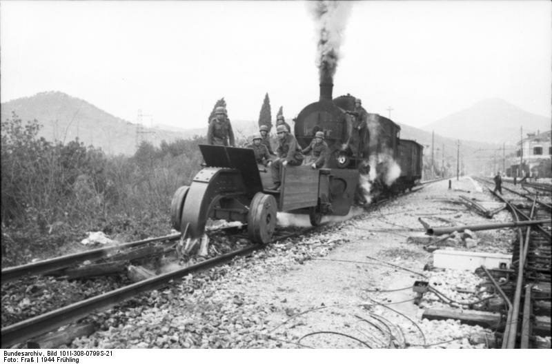"""The German """"Big Hook"""" in action at Itri Italy - Photo Bundesarchiv - Bild 1011-308-0799S-21"""