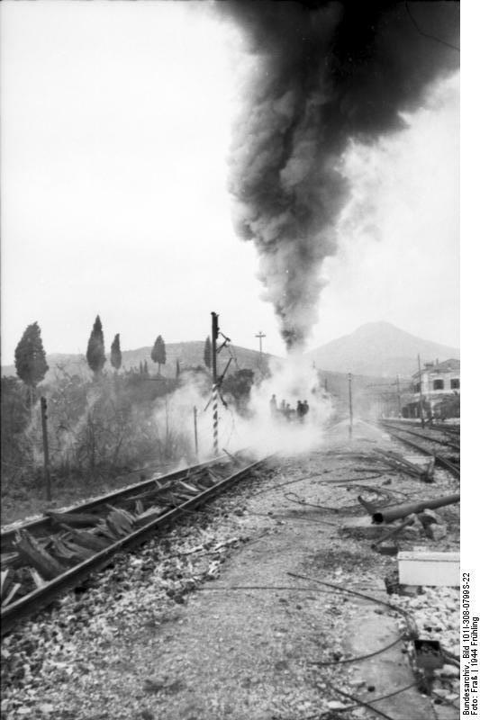 """Itri Italy, the """"Rail Wolf"""" destroyed tracks - Bundesarchiv Bild 101I-308-0799S-22"""