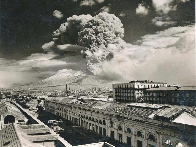 Vesuvius from Piazza Garibaldi Railway station - Photo Osservatorio Vesuviano Napoli